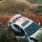 青州這轎車撞斷三根護欄,飛下溝!