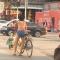 青州这位美女只穿内裤骑自行车逛街