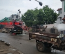 突发:何官孙班十字路口石渣车与油罐车追尾,出动了三辆吊车